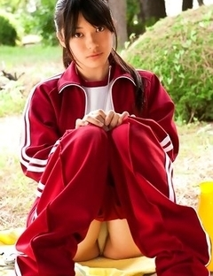 Tomoe Yamanaka babe takes sports pants off and exposes ass in garden
