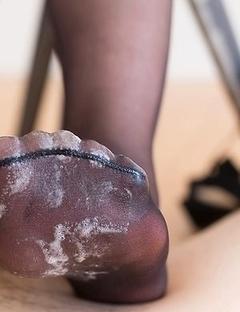 Pantyhose-wearing beauty Aoi Shino using her sexy feet to make him cum