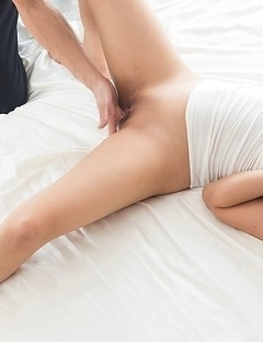 Blond-haired beauty Natsume Hotsuki gets a guy to cover her sexy feet in cum